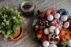 Mooie en kleurrijke mengeling van zefier en vruchten op een lijst in een keuken stock foto's