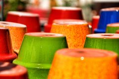 Mooie en kleurrijke potten voor verkoop royalty-vrije stock afbeeldingen