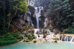 Mooie en koele azuurblauw-gekleurde Kuang Si-waterval dichtbij Luang Prabang royalty-vrije stock afbeeldingen