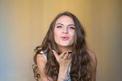 Mooie en sexy jonge dame die en luchtkus blazen verzenden - nic Royalty-vrije Stock Fotografie