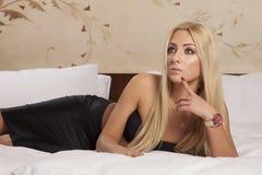 Mooie en sexy vrouw die elegantiekleding draagt Royalty-vrije Stock Foto