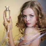 Mooie en vrouw met parfumfles Royalty-vrije Stock Foto