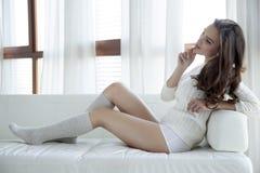 Mooie en sexy vrouw in sweater Stock Afbeeldingen