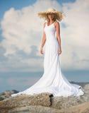Mooie en slanke vrouwentribune in witte lange kleding Royalty-vrije Stock Afbeeldingen