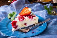 Mooie en smakelijke kaastaart zonder baksel met aardbeien stock foto's