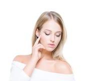 Mooie en verleidelijke jonge vrouw met zuivere huid op geïsoleerde achtergrond Stock Afbeelding