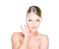 Mooie en verleidelijke jonge vrouw met zuivere huid op geïsoleerde achtergrond Stock Foto's
