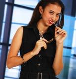 Mooie en Vrolijke Secretaresse in Haar Bureau Stock Foto