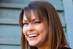 Mooie en vrouw die glimlacht lacht royalty-vrije stock foto