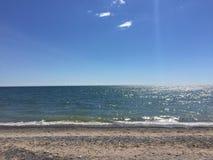 Mooie en zonnige dag bij het strand Royalty-vrije Stock Foto's