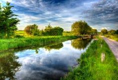 Mooie Engelse kanaal en sluisdeur op kalme nog dag in kleurrijk HDR Stock Foto's
