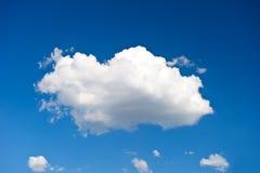 Mooie enige wolk Stock Foto's