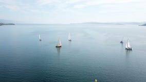 Mooie epische hommel luchtlengte op warme zonnige dag bij blauwe open oceaan op zee, wit professioneel jacht tijdens het rennen stock videobeelden