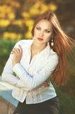 Mooie ernstige elegante vrouw in wit overhemd met pareloorring Royalty-vrije Stock Afbeeldingen