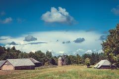 Mooie etnische huizen op landelijk landschap Stock Afbeeldingen