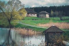 Mooie etnische huizen op landelijk landschap - geboorteplaats van Kosciuszko, Wit-Rusland Royalty-vrije Stock Fotografie