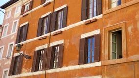 Mooie Europese architectuur Buitenkant van oude woningbouw in centrum van Rome, Italië stock videobeelden