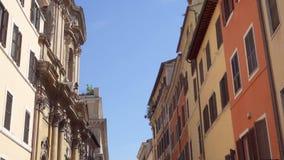 Mooie Europese architectuur Buitenkant van oude woningbouw in centrum van Rome, Italië stock video