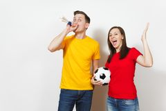Mooie Europese jongeren, voetbalventilator of speler op witte achtergrond Sport, spel, gezondheid, gezond levensstijlconcept stock fotografie