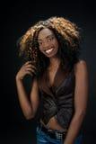 Mooie exotische Afrikaanse Amerikaanse vrouw met een mooie natuurlijke sm Stock Afbeeldingen