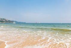 Mooie exotische kust en luxezeilboot dicht bij de kust Royalty-vrije Stock Afbeelding