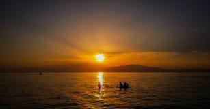 Mooie exotische zonsopgang en volkerensilhouetten Stock Afbeelding