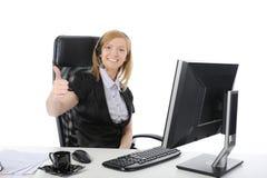 Mooie exploitant die bij de computer glimlacht Stock Foto