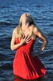 Mooie expressieve vrouw die zich in het water bevindt royalty-vrije stock fotografie