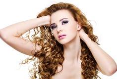 Mooie expressieve vrouw met lange krullende haren Stock Afbeeldingen