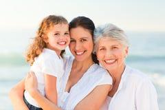 Mooie familie bij het strand Stock Foto's