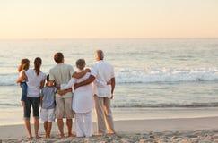 Mooie familie bij het strand stock afbeelding