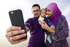 Mooie familie bij strand stock afbeelding