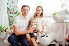 Mooie familie die en, die bij camera glimlachen lachen stellen stock foto's