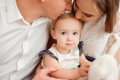 Mooie familie die en, die bij camera glimlachen lachen stellen stock fotografie