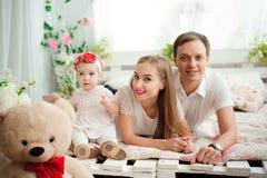 Mooie familie die en, die bij camera glimlachen lachen stellen royalty-vrije stock foto's