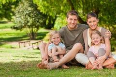 Mooie familie in het park royalty-vrije stock afbeelding
