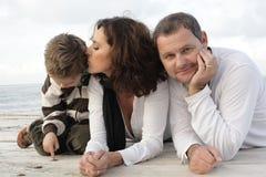 Mooie familie van drie op een pijler royalty-vrije stock afbeelding