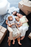 Mooie familieslaap op de vloer Royalty-vrije Stock Foto