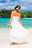 Mooie fiancee in witte huwelijkskleding met grote lange witte tra Stock Afbeelding