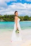 Mooie fiancee in witte huwelijkskleding met grote lange witte tra Royalty-vrije Stock Fotografie