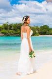 Mooie fiancee in witte huwelijkskleding met grote lange witte tra Royalty-vrije Stock Foto's