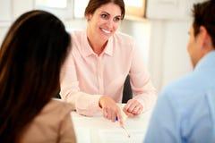 Mooie financiële adviseursvrouw die op kantoor werken Stock Foto's