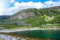 Mooie fjord in Noorwegen met bergen stock foto's
