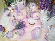 Mooie flessen, bloemen en potten Stock Foto's