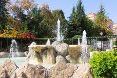 Mooie fontein met binnen natuurstenen in Mahmutlar-district Royalty-vrije Stock Afbeelding