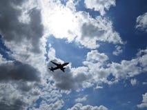 Mooie Foto van de Vliegtuigen die van het Vliegtuigvliegtuig in Blauwe Hemel met Witte Wolken vliegen royalty-vrije stock fotografie
