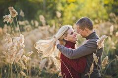 Mooie foto van een paar in liefde onder riet 1365 Stock Fotografie