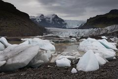 Mooie foto van Ijzig meerhoogtepunt van drijvende ijsbergen stock foto
