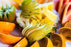 Mooie fruitplaat op feestelijke lijst dichte omhooggaand royalty-vrije stock foto