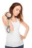 Mooie geïsoleerde vrouw met handcuffs (nadruk op handcuffs) Royalty-vrije Stock Foto